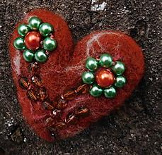 Odznaky/Brošne - plstená brož kvietky v srdci - 11260108_