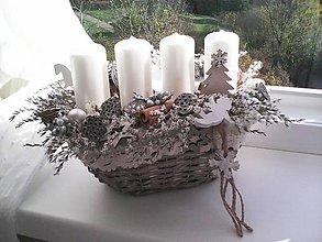 Dekorácie - Adventný svietnik prírodný v košíku...biely - 11259440_