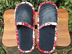 Obuv - Tmavé riflové papuče s červenobielym lemom - 11258932_