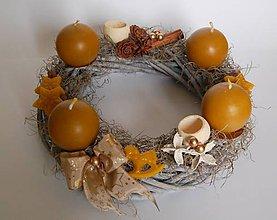 Dekorácie - Originálny voňavý adventný venček so sviečkami z včelieho vosku. - 11259115_