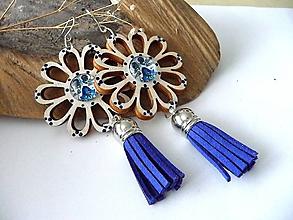 Náušnice - bielo-modré folk kvety so strapcami - 11261499_