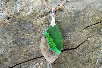 Náhrdelníky - Kvapka zelene- Drevený náhrdelník - 11264060_