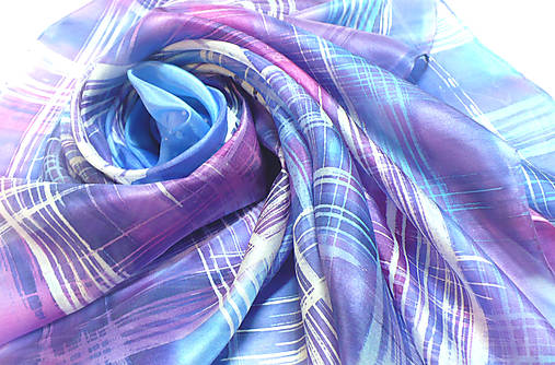 Kockovaný hedvábný šátek.