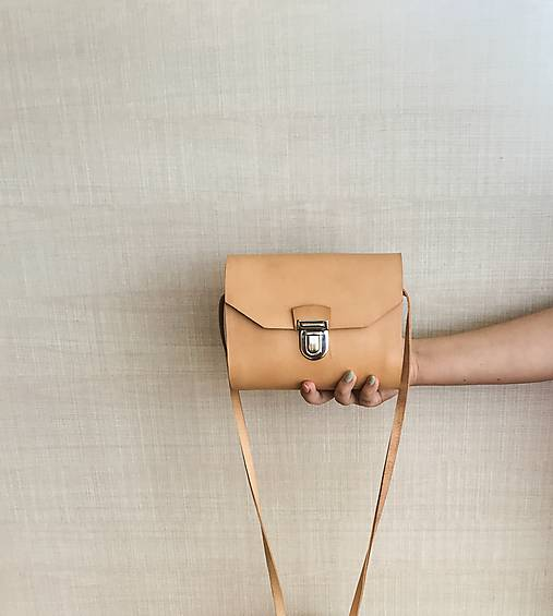 Minimalistická koženo-drevená kabelka