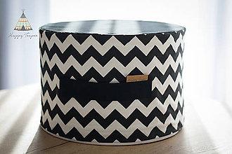 Úžitkový textil - Sedací pufík z molitanu (Černo-bílý chevron) - 11268403_