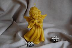 Svietidlá a sviečky - Sviečka z včelieho vosku modliaci sa anjel - 11271453_