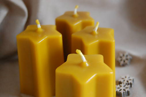 Vysoké voskové sviečky v tvare hviezdy