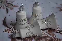 Dekorácie - Biele zvončeky so striebornou dekoráciou - 11273960_