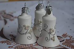 Dekorácie - Biele zvončeky so striebornou dekoráciou - 11273980_