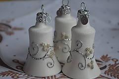 Dekorácie - Biele zvončeky so striebornou dekoráciou - 11273981_
