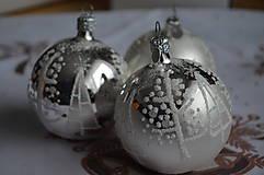 Dekorácie - Bielo-strieborné guličky - 11274037_