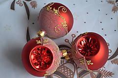 Dekorácie - Červené mátne vypichované guličky - 11274045_