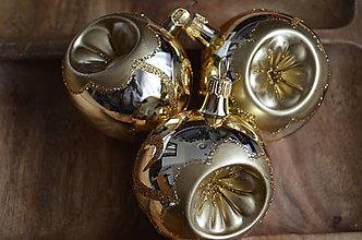 Dekorácie - Zlaté lesklé vypichované guličky - 11274034_