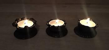 Dekorácie - Kovaný svícen na čajovou svíčku - 11271672_