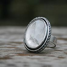 Prstene - Strieborný prsteň s prírodným krištáľom - 11272689_
