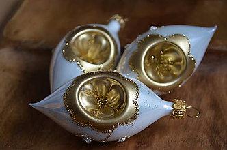 Dekorácie - Bielo-zlaté vypichované krátke slzy - 11277593_