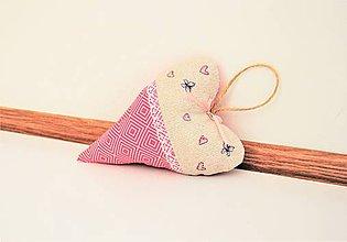 Dekorácie - Ružové levanduľové srdiečko s motýľmi - 11277729_