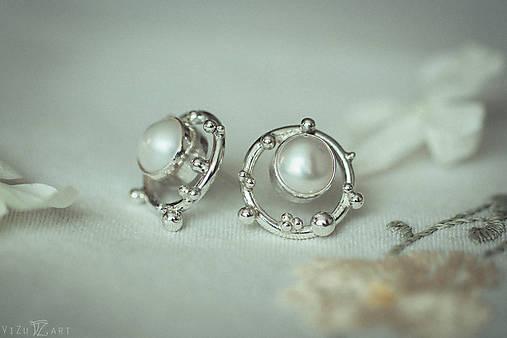Strieborné napichovacie náušnice s perlami - Bokeh Pearl