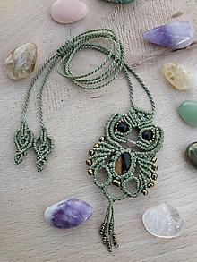 Náhrdelníky - Zelený sovičkový makramé náhrdelník s tigrím okom a ónyxom - 11282525_