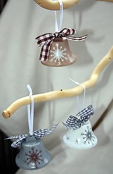Dekorácie - Vianoce. Ručne maľovaný vianočný kovový zvonček (Šedá) - 11284171_