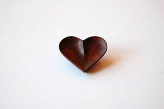 Odznaky/Brošne - Drevená brošňa - Mahagónové srdiečko - 11283570_
