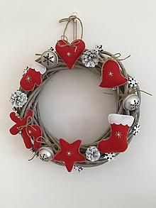 Dekorácie - Vianočný veniec s červenými ozdobami - 11280194_