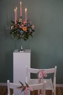 Dekorácie - Svietnik s kvetinovým aranžmánom - 11282811_
