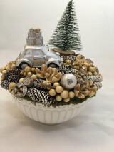 Dekorácie - Vianočné autíčko s darčekmi na streche - 11286797_