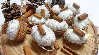 Dekorácie - Vianočné oriešky so striebornou perinkou a voňavou škoricou - 11285782_