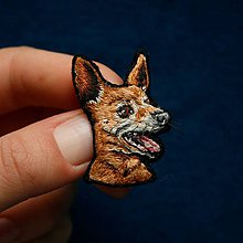 Odznaky/Brošne - Brošňa ručne vyšívaná Pes Bilbo - 11287261_