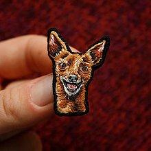 Odznaky/Brošne - Brošňa ručne vyšívaná Pes Bilbo - 11287341_