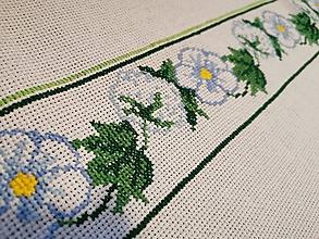 Úžitkový textil - Ručne vyšívaný obrus Modré kvety - 11288457_