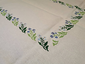 Úžitkový textil - Ručne vyšívaný obrus Nezábudka - 11288499_