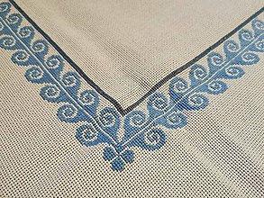 Úžitkový textil - Ručne vyšívaný obrus Vlnky - 11288539_