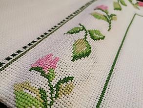 Úžitkový textil - Ručne vyšívaný obrus Ruže - 11288607_