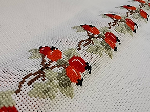 Úžitkový textil - Ručne vyšívaný obrus Šípky - 11288657_