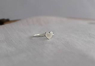Prstene - minimalistický prsteň - srdiečko (Strieborný srdiečko na obrúčke) - 11287770_