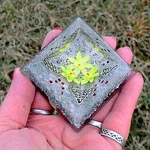Dekorácie - Andělský květ * Žlutá * Velká pyramid Projasnění - 11292762_