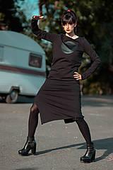 Šaty - FNDLK úpletové šaty 440 RVL midi s rozparkem - 11290636_