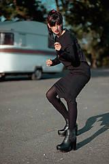 Šaty - FNDLK úpletové šaty 440 RVL midi s rozparkem - 11290638_