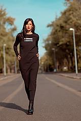 Šaty - FNDLK úpletové šaty 442 RVL midi s rozparkem - 11290664_