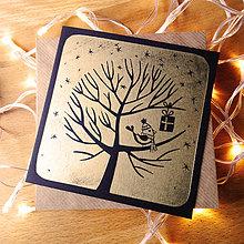 Papiernictvo - Vianočná pohľadnica * Darček na strome (Čierny podklad) - 11291062_