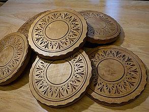 Pomôcky - Okrúhla drevená podložka z javora, s rezbou - 11290303_