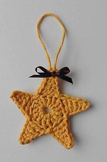 Dekorácie - Závesné dekorácie/háčkované vianočné hviezdičky 5 (Závesné dekorácie/háčkované vianočné hviezdičky 5 - horčicová - malá) - 11293055_