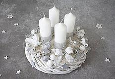 Dekorácie - Strieborno biely adventný veniec - 11294212_