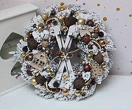 Dekorácie - Vianočný veniec s lyžami medeno-zlatý 38cm - 11296976_