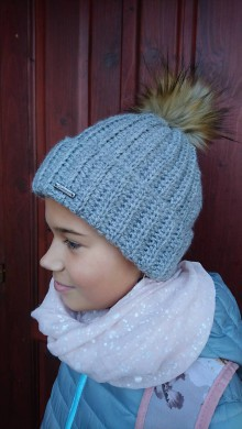 Detské čiapky - Vrúbkovaná čiapka s kožušinovým brmbolcom - 11294342_