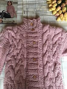 Svetre/Pulóvre - dámsky hrubší sveter so vzorom, 100 % vlna - 11299290_