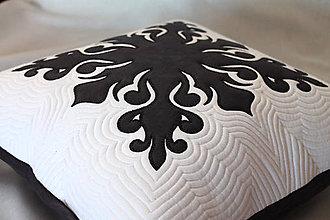 Úžitkový textil - Polštář s černou aplikací - 11300247_