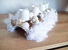 Dekorácie - zlato bielo béžový luxusný adventný svietnik s pierkami - 11300798_